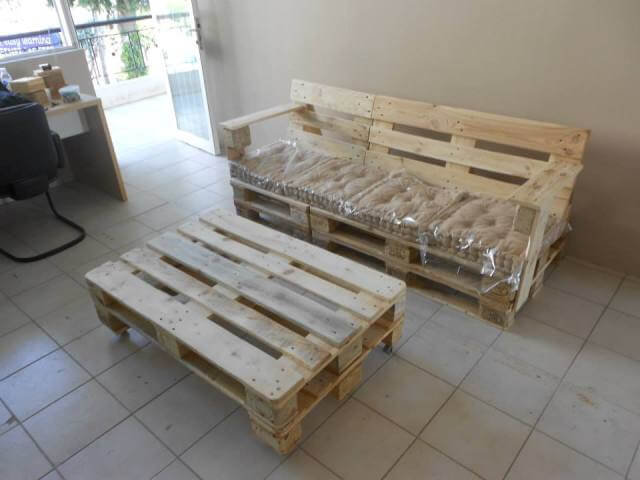 Pallet bench with cushion 101 pallets for Building a bench from pallets