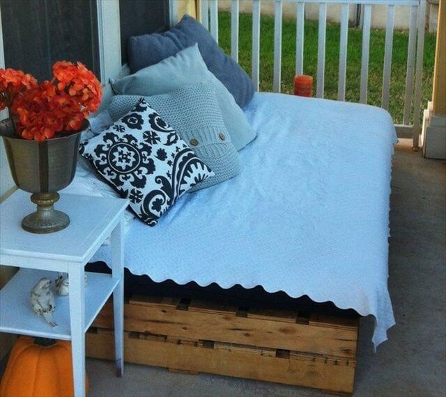 DIY Outdoor Pallet Sofa