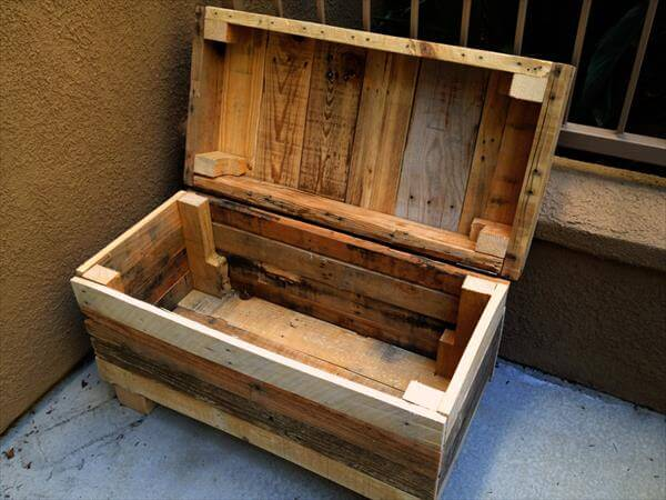 Rugged Two-in-One Pallet Chest and Bench | 101 Pallets
