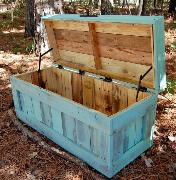 DIY Pallet Multi Purpose Chest