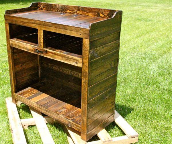 recycled pallet entertainment desk