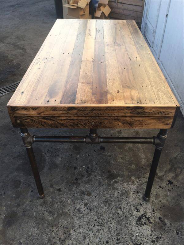 Wood pallet desk with iron pipe base 101 pallets for Table a manger palette