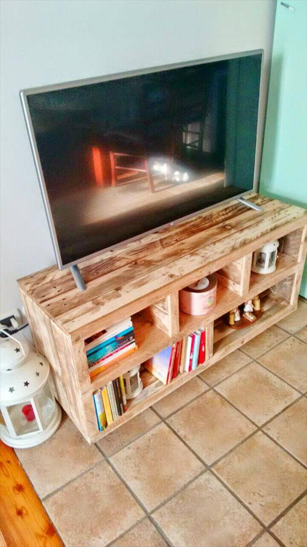 Diy pallet tv stand media console table 101 pallets for Meuble tv console