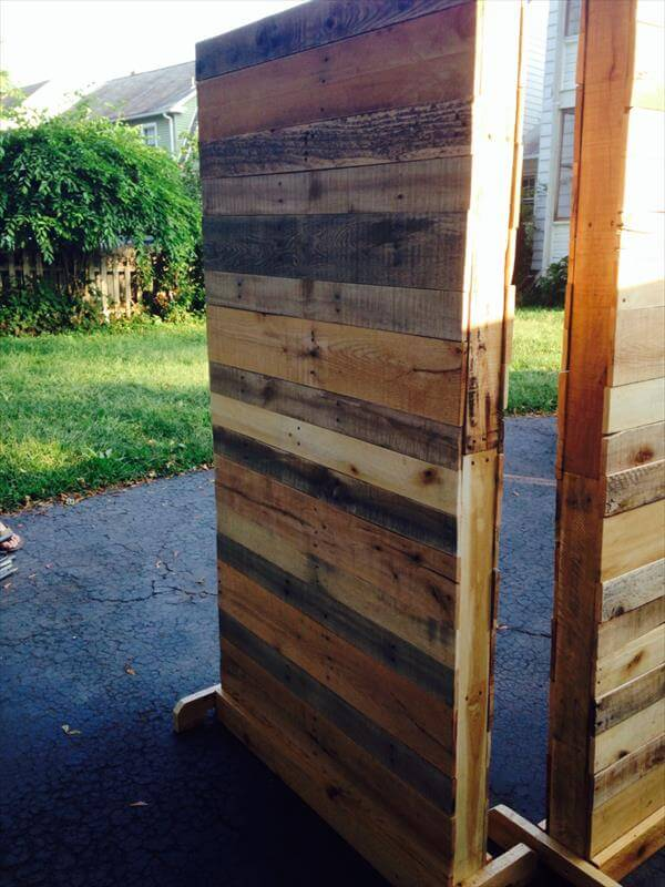 Diy pallet room divider 101 pallets for Wood pallet privacy walls