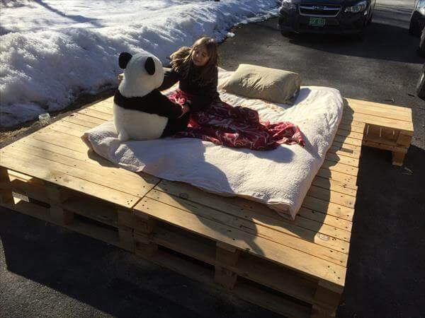 Diy platform pallet bed with side table 101 pallets for Pallet platform