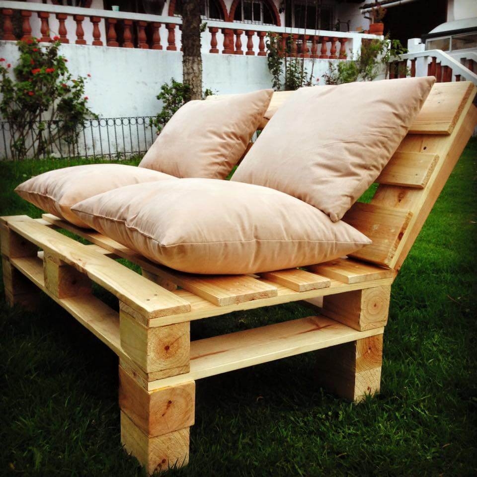 Pallet patio sofa set porch furniture 101 pallets for Banquette en palette de bois