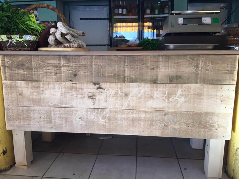 DIY Pallet Counter / Reception Desk Pallet Counter with Wheels and