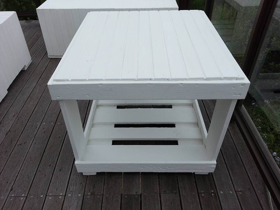 pallet two seater with corner table