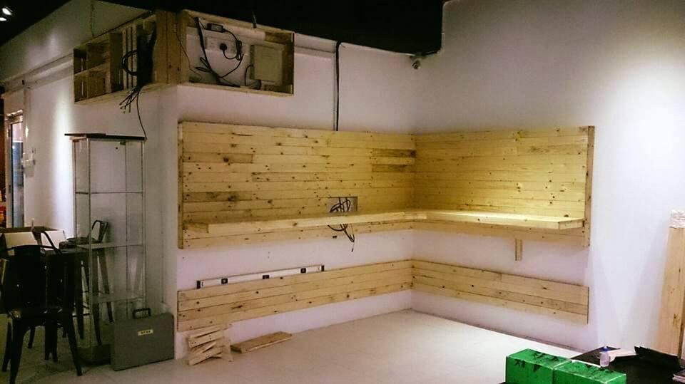 Wooden diy pallet media wall shelving