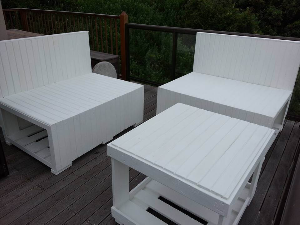 low-cost wooden pallet 2 seater with corner table