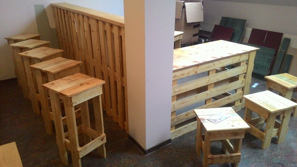 diy pallet bar with stools & DIY Pallet Bar with Seating | 101 Pallets islam-shia.org