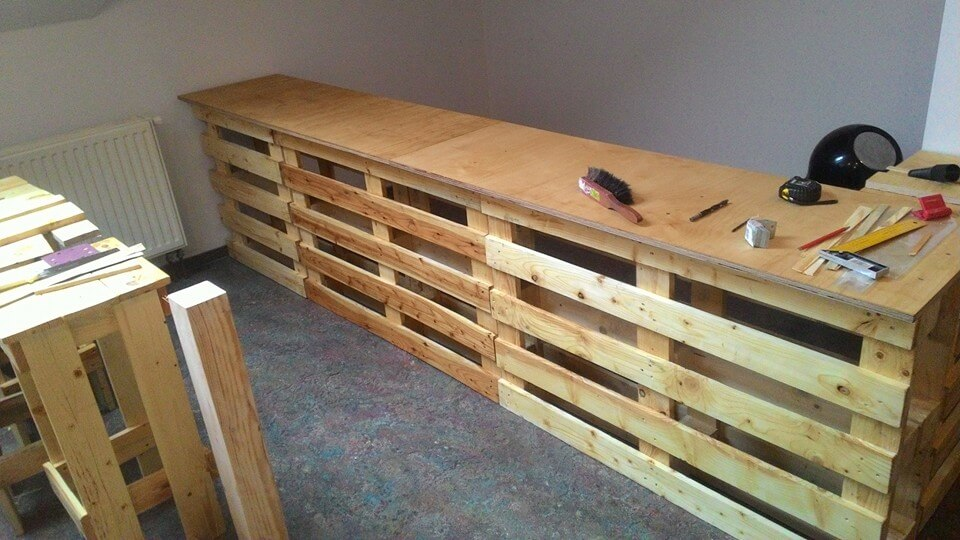 DIY Pallet Bar with Seating | 101 Pallets