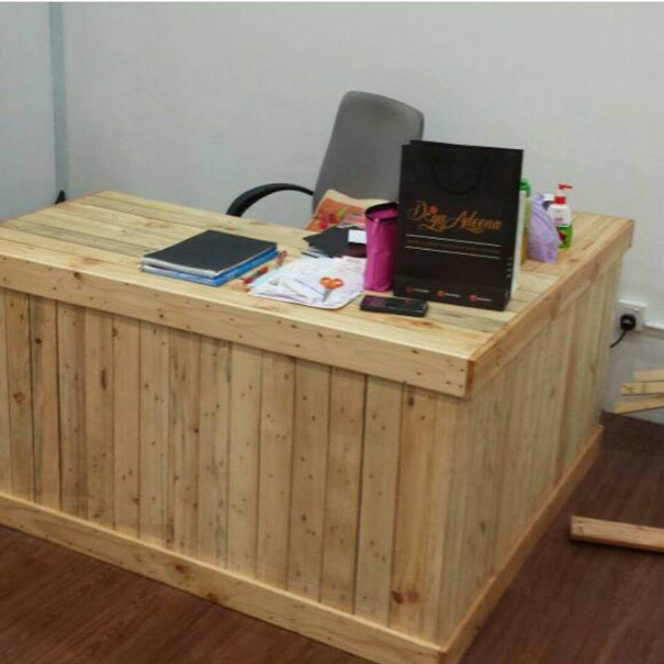 20 excellent pallet furniture projects 101 pallets - Wood office desk ...
