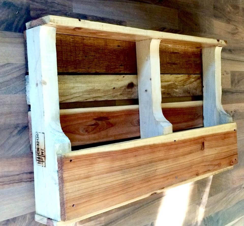 low-cost wooden pallet shelf