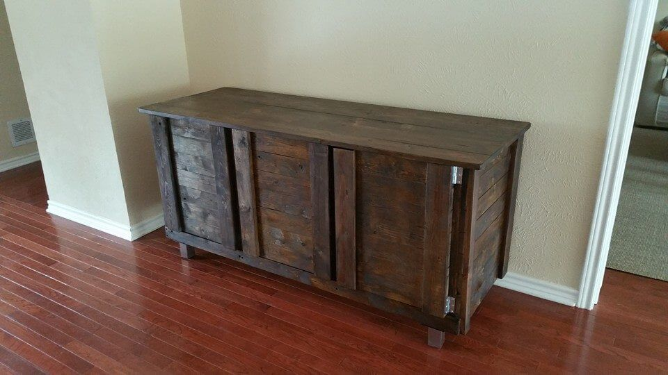 DIY Custom Pallet Indoor Bar Table 101 Pallets