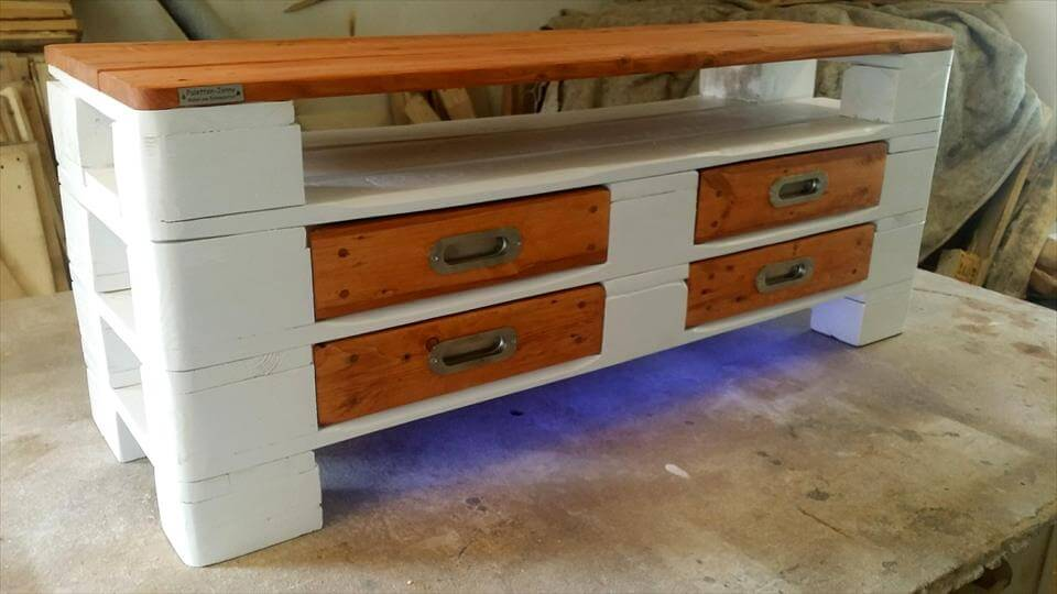 Painted wood pallet coffee table led lights 101 pallets for Painted pallet coffee table
