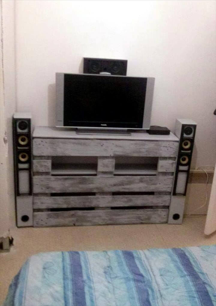 diy pallet entertainment center diy pallet tv stand or entertainment center 101 pallets 678