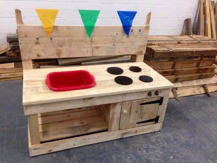 no-cost pallet mud kitchen for kids