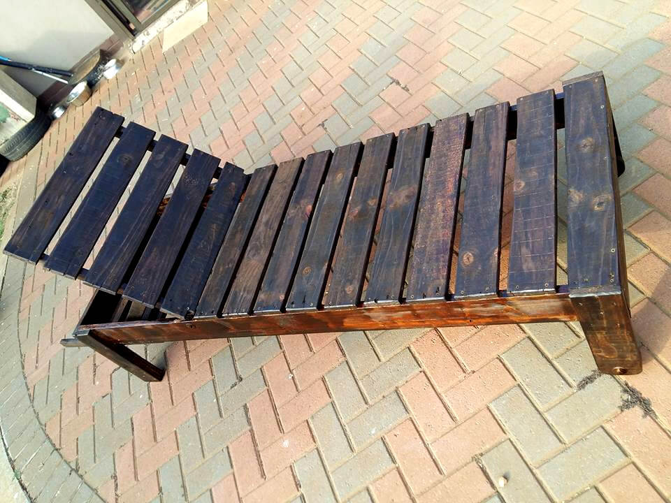 low-cost pallet outdoor lounger