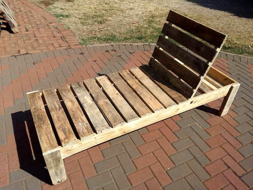 upcycled pallet outdoor lounger