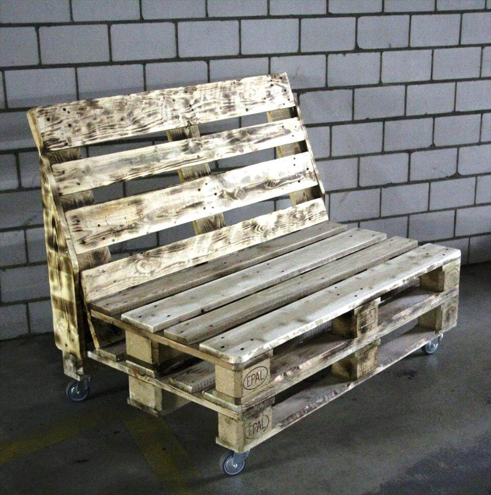 Rustic pallet bench on wheels 101 pallets for Building a bench from pallets