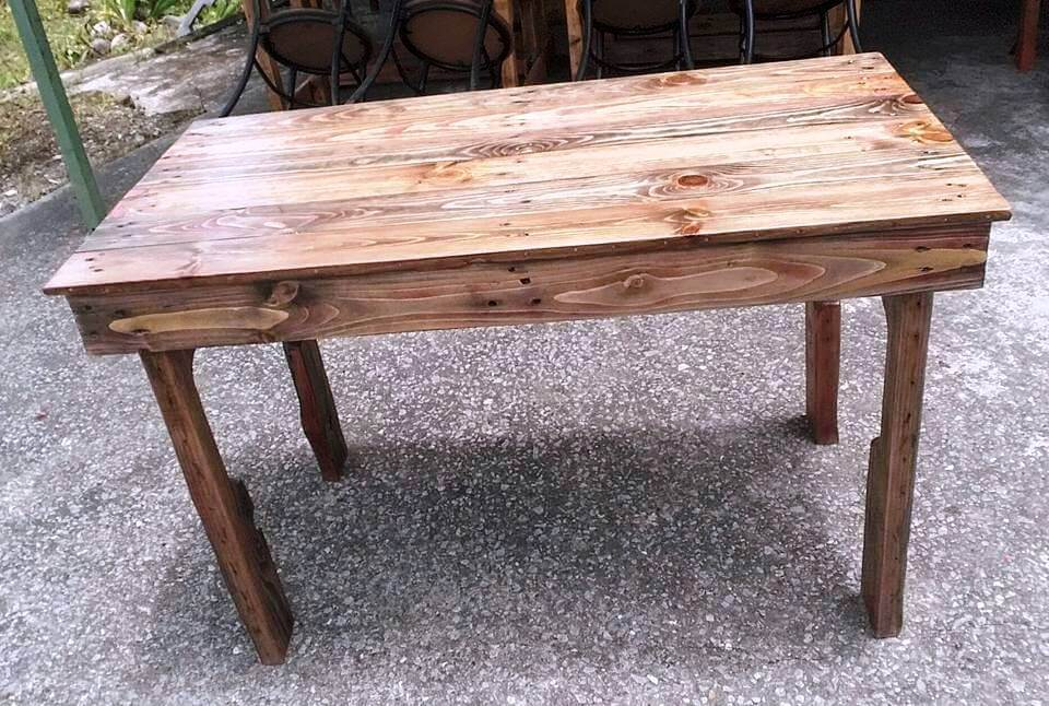 repurposed wooden pallet coffee table
